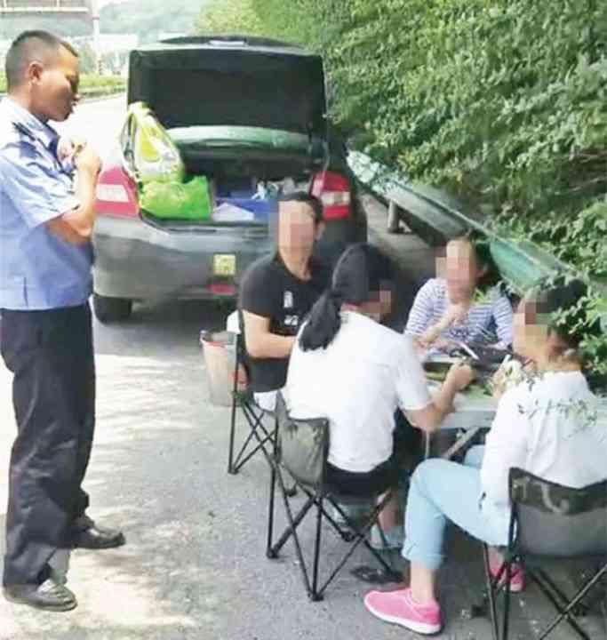 高速道路でテーブル広げて優雅に自炊ランチ、「命知らず過ぎ... - Record China