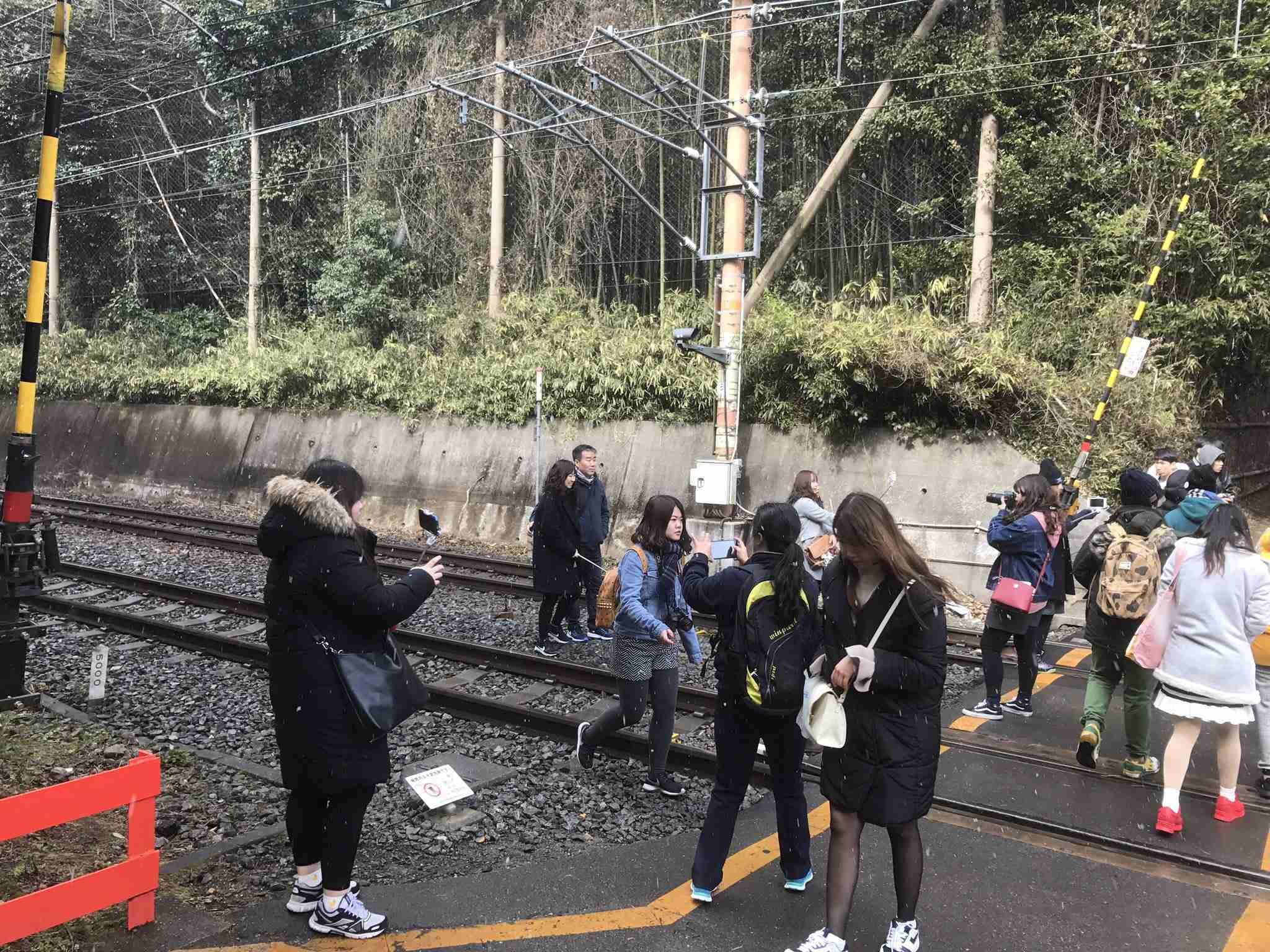 松本伊代と早見優「線路侵入」の踏切、かえって観光名所化? 撮影相次ぎ、警察「絶対にやめて」