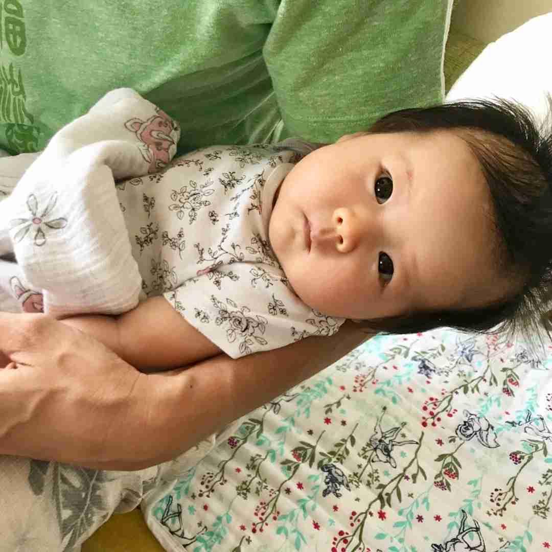 ウエストすっきり! 窪塚洋介の妻PINKY、産後の骨盤矯正ビフォーアフターが一目瞭然