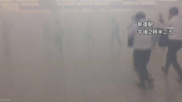 新宿駅で煙立ち込め騒然 工事現場で重機倒れる | NHKニュース