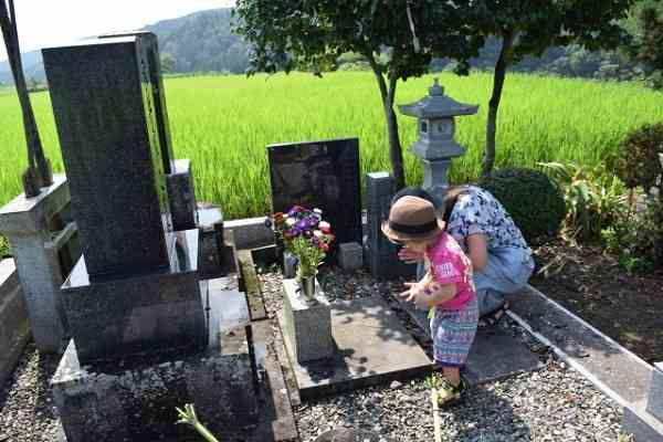 幼少時のお墓参り頻度がその後の人生に影響? 小学生のときに頻繁に行っていた人ほど既婚率が高いというデータ
