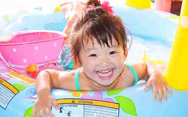 自宅のベッドで溺れた少年 子どもに忍び寄る「乾性溺水」の怖さとは  –  grape [グレイプ]