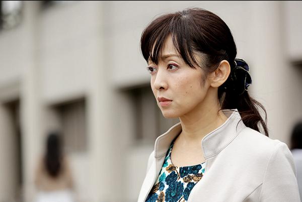 斉藤由貴、キス写真より酷い…不倫相手の医師がパンツを被った画像が流出!ネットでは「パンティー頭巾」と呼ばれ話題に!2ちゃんねるフラッシュ砲まとめ | ENDIA[エンディア]