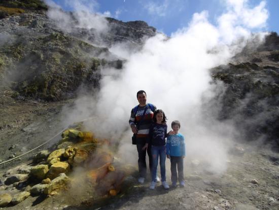親子3人、火口転落で死亡 7歳息子の目前で 伊ナポリ近郊