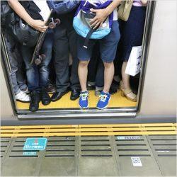 「くしゃみを受けた手を揉んで平然とつり革に」…電車内の怒髪天シーン!