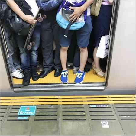 「くしゃみを受けた手を揉んで平然とつり革に」…電車内の怒髪天シーン! | アサ芸プラス