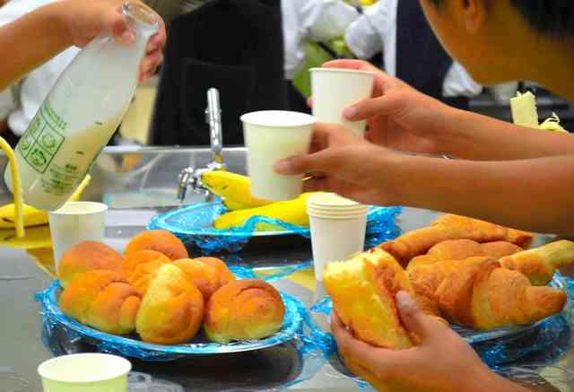学校で朝食提供、欠食率改善へ フードバンクや住民協力:朝日新聞デジタル