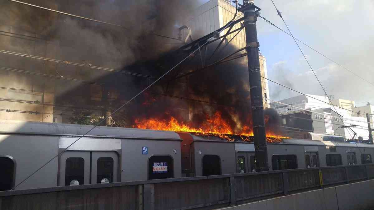 小田急小田原線の沿線で火事 一時車両に燃え移る