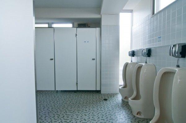 ついに完全個室化も。学校の「トイレ事情」が深刻すぎ - NAVER まとめ