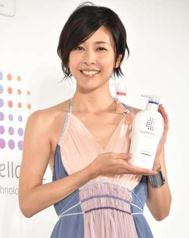 竹内結子、輝く美背中を披露 世界に1つのドレスまとい「うれしい」 | ORICON NEWS