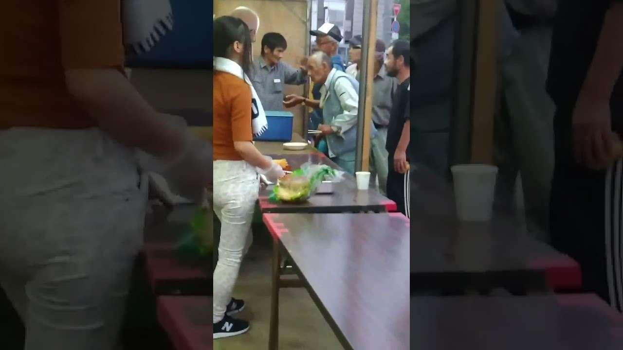 ボランティアのお姉さん達にブチギレる西成のおっさん。中川家のネタに出てきそうw - YouTube