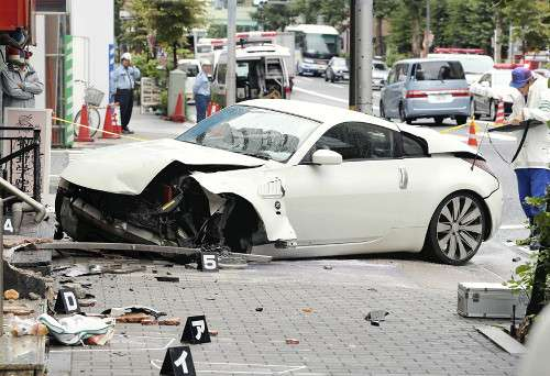 車が女性はね、店舗に突っ込む…中国人の男逮捕 : 社会 : 読売新聞(YOMIURI ONLINE)