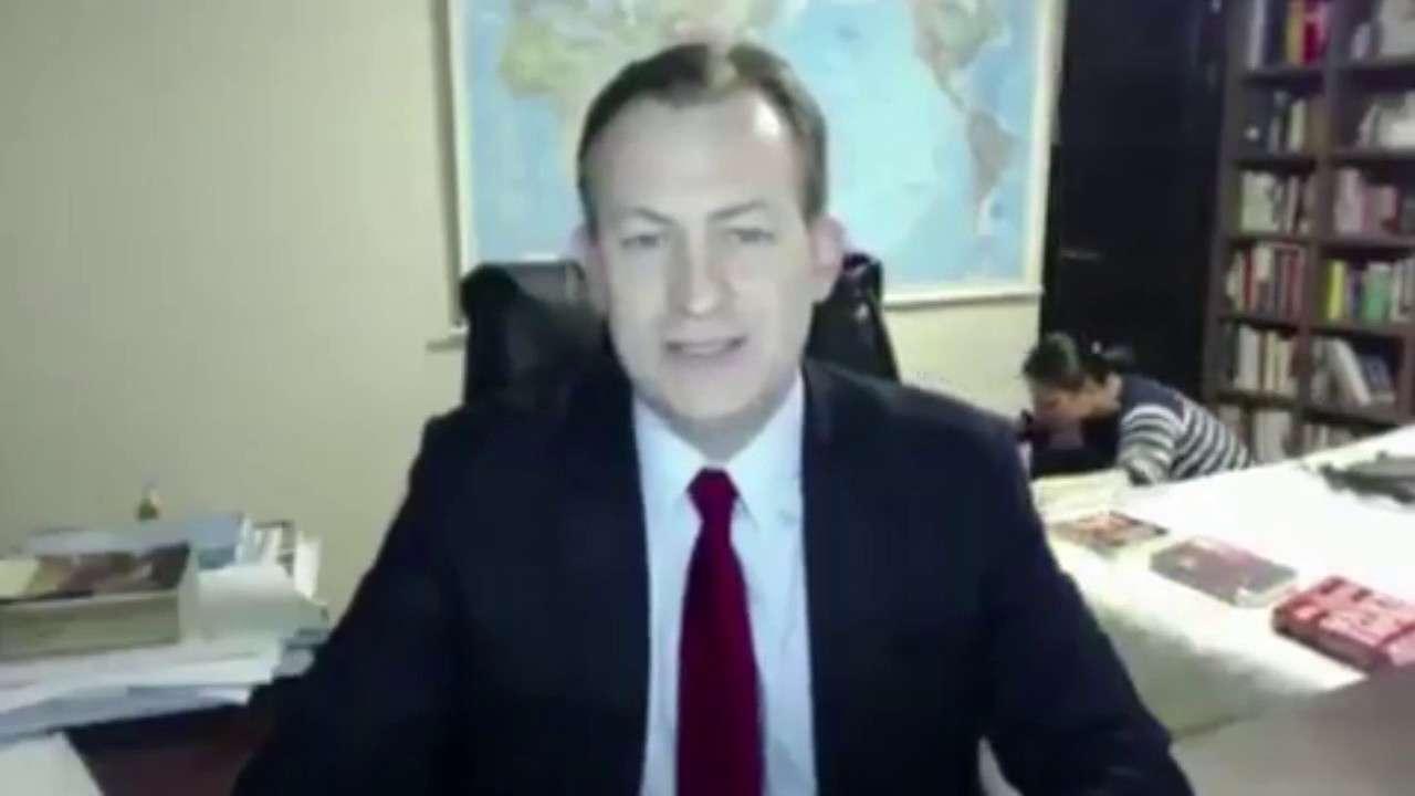 【笑いの神】BBC 生中継中に子供と母親が乱入 - YouTube