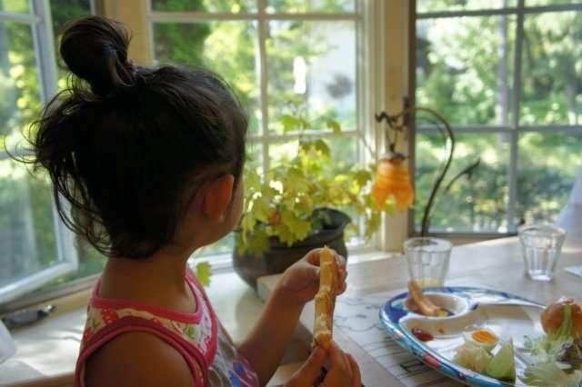 子どもが座って食べない