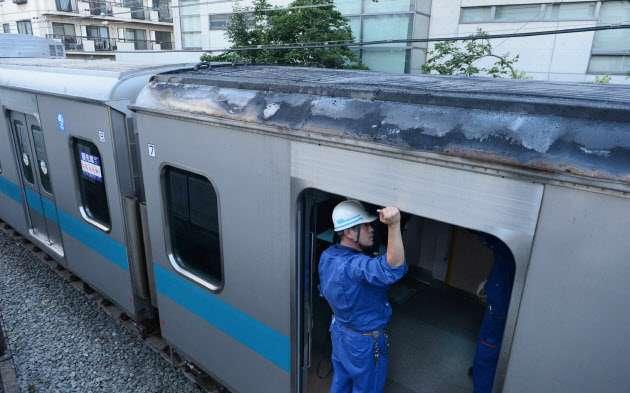 沿線火災で電車屋根に燃え移る 東京・小田急線、けが人なし  :日本経済新聞