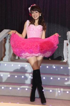 渡辺美奈代、膝上30センチのフリルが付いたピンクのミニスカートで登場