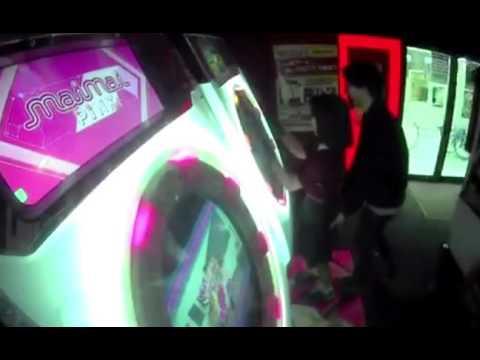 ゲーセンで「maimai」を遊んでる女の子のおしりを堂々と触る痴漢が撮影されるwwwww - YouTube