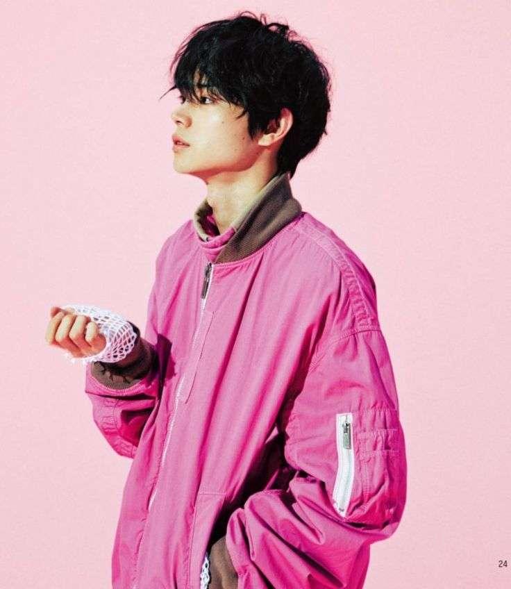 ピンクの服を着た男性芸能人を貼るトピ
