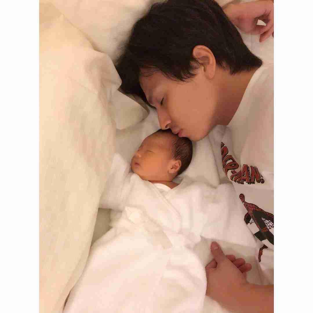 アレクサンダーにそっくりの息子 「新生児でこの色気」と驚きの声