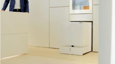 冷え冷えの飲み物を冷蔵庫が運んでくる パナソニックが動く冷蔵庫を展示