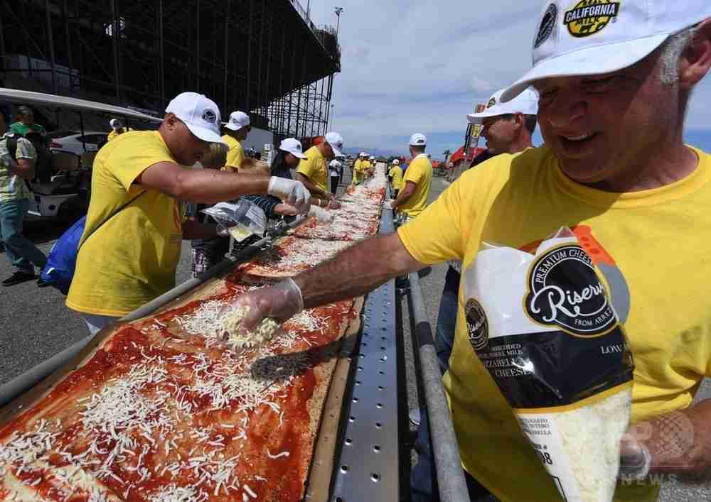 「世界一長いピザ」でギネス記録 カリフォルニア 写真13枚 国際ニュース:AFPBB News