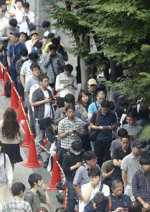 復刻版「スーファミ」、予約受け付けに長い行列 : 経済 : 読売新聞(YOMIURI ONLINE)