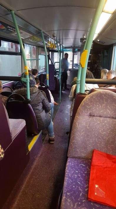 バス停を間違えた中学生が遅刻しないよう、手を尽くすドライバーに称賛の声(英)