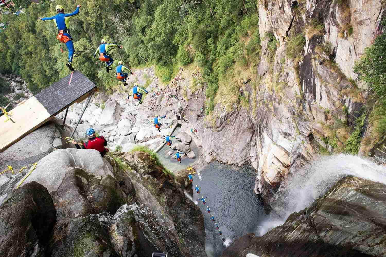 高さ約60mの崖から高飛び込み!