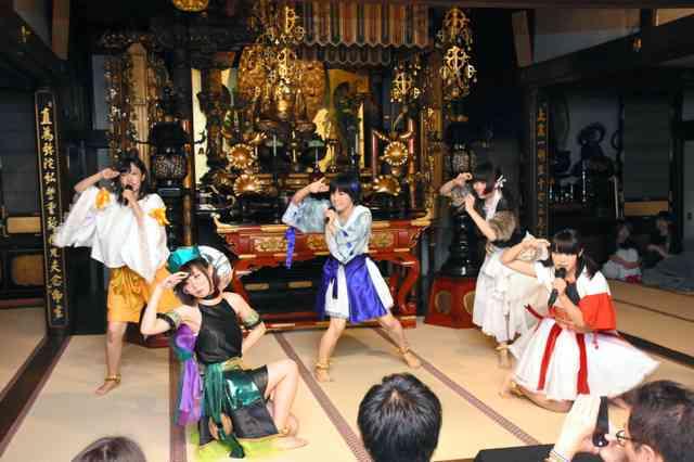 歌って踊る仏教アイドル再結成 観客は木魚たたいて応援 (朝日新聞デジタル) - Yahoo!ニュース