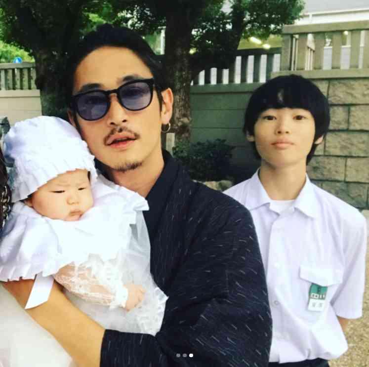 窪塚洋介&PINKY 家族写真に「こんなにカッコいい
