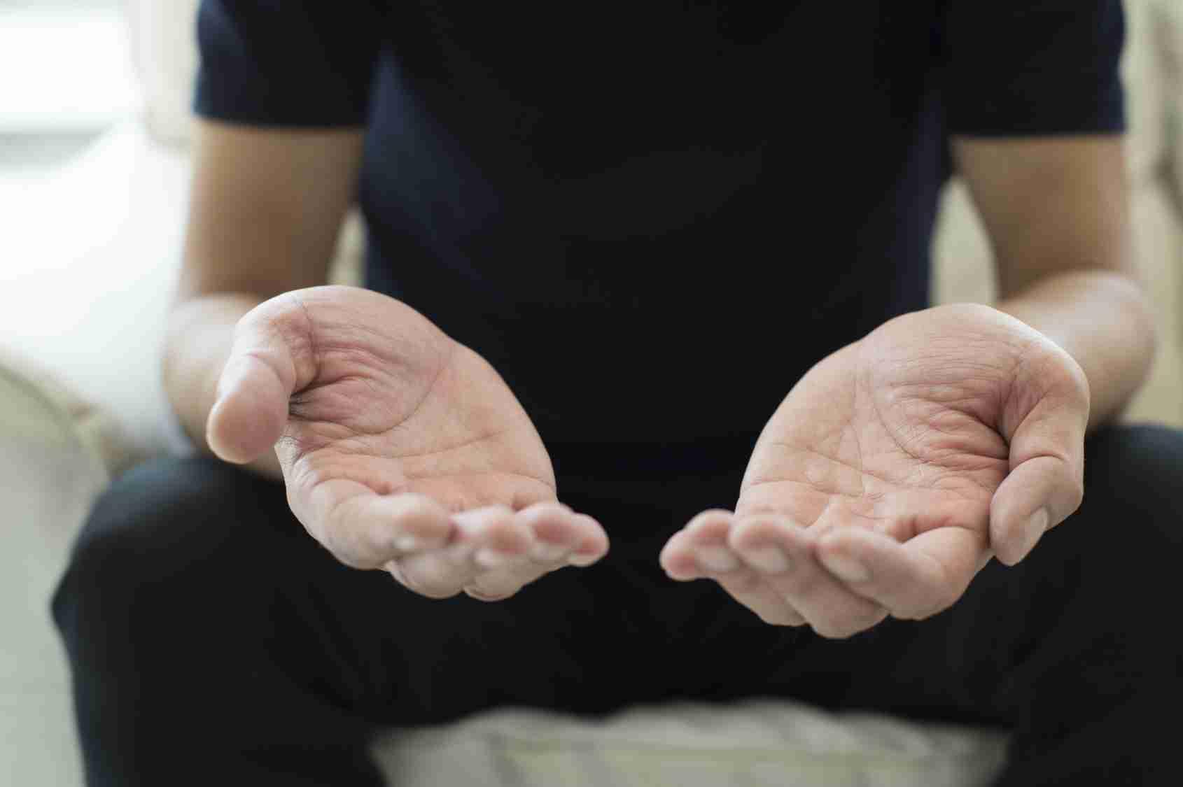 手汗がひどい...!手のひらや手の甲の汗を予防・改善するための3つの対策方法とリアルな体験談 | ココ汗コム 〜体の汗対策と予防改善方法〜