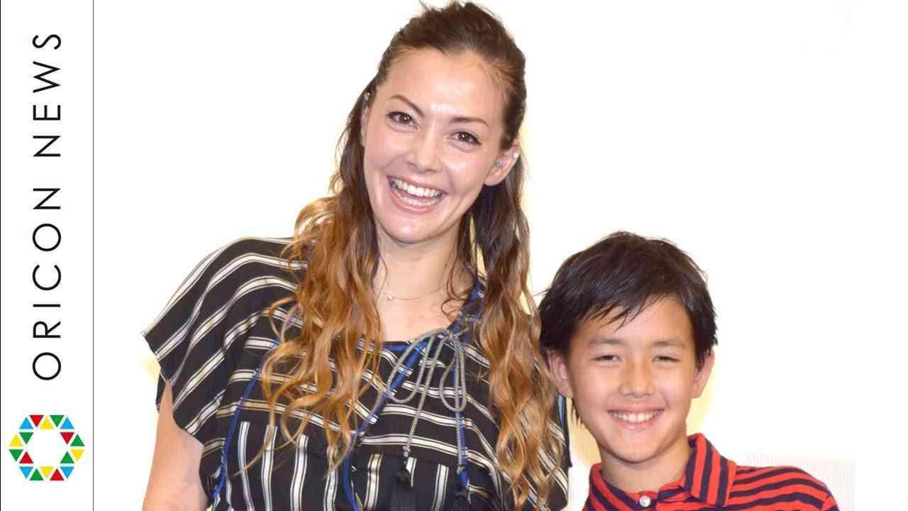 土屋アンナ、イケメン長男と初共演 モデル志望を応援「やったらいいと思う」 映画『怪物はささやく』公開記念イベント - YouTube