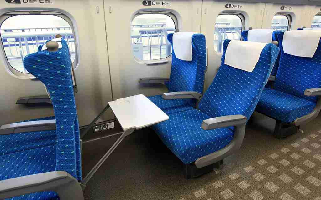 電車などで座席を倒すとき、後ろの人に断ってから倒しますか?
