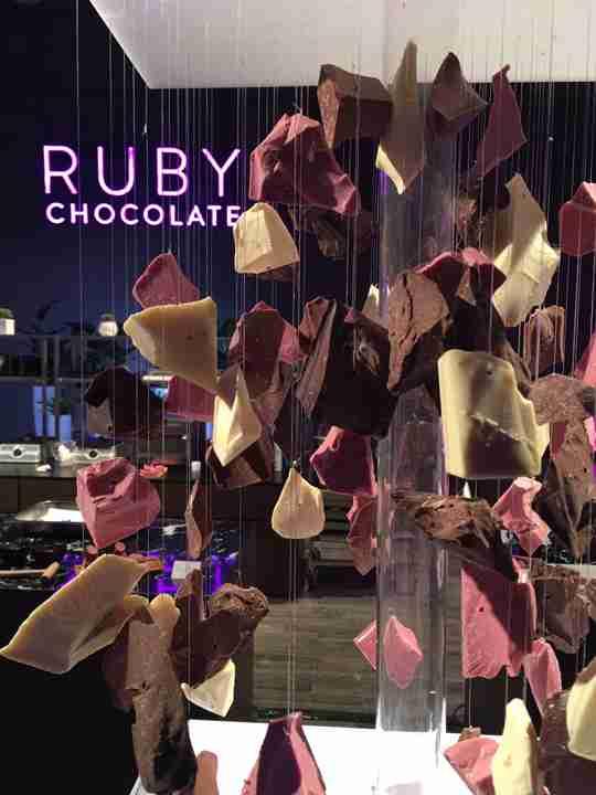 え、着色料使ってないの!? ナチュラルにピンク色のチョコレートをスイスメーカーが開発
