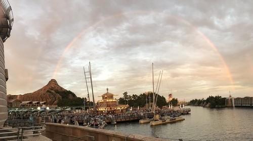 ディズニーシーの1枚の写真がTwitterで話題 虹が噴火しているように見える作品|ニフティニュース