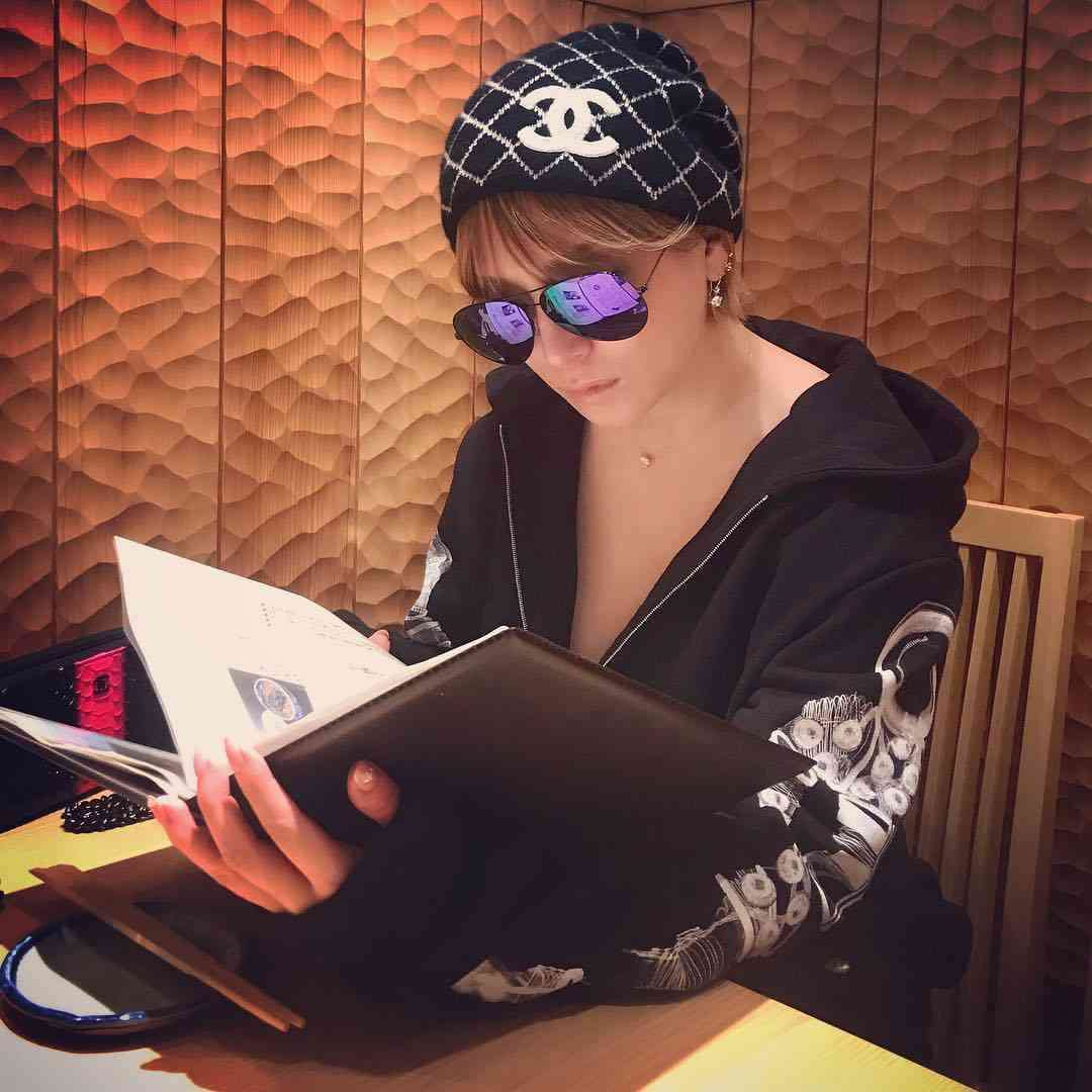 浜崎あゆみ、胸元全開でそば屋へ 黒パーカーにシャネル・ニット帽 「オーラやばたん」