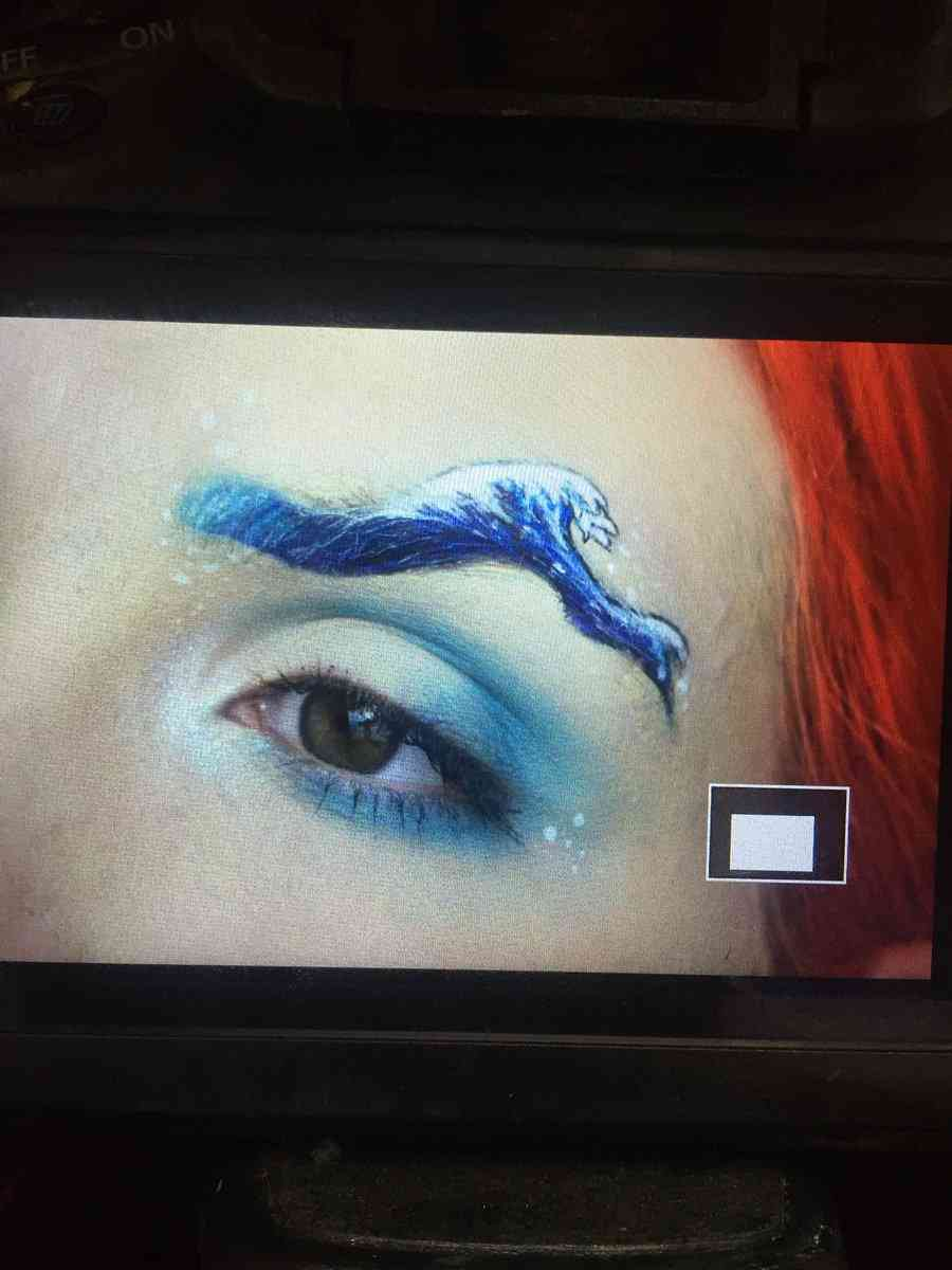 インスタが生んだ謎のトレンド「ウェービー眉毛」に注目