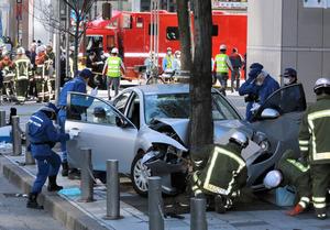 「わざと突っ込んだ。殺すつもりだった」歩道に車が突っ込み10余人が負傷、運転の男を逮捕