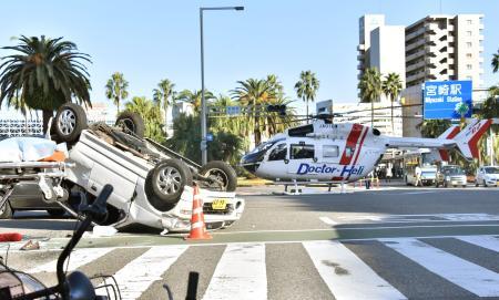 歩道に車、2人死亡=700メートル暴走、5人重軽傷-宮崎