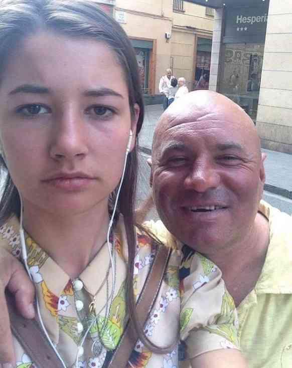 嫌そうな表情で、男性と自撮りをする女性 真意を知ってハッとした