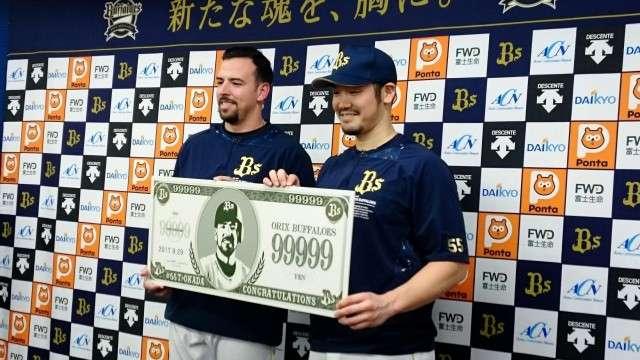 オリックス 10万号逃したT−岡田に9万9999円贈呈(デイリースポーツ) - goo ニュース