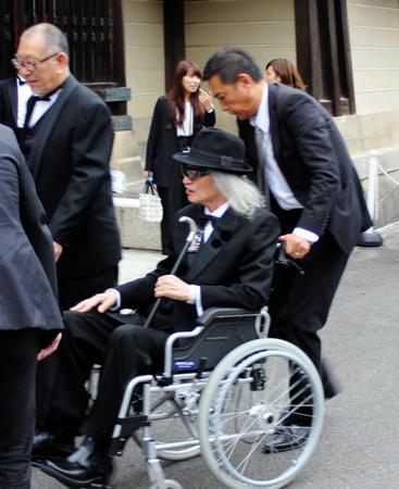 内田裕也 右足の甲とあばら骨を骨折…映画祭に車いすで登場