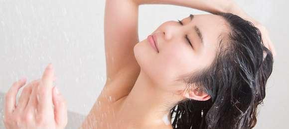 お湯のみで髪を洗う「ノープー」が拡大中、臭いは大丈夫?
