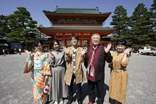 陣内智則、妻・松村アナと使うクッションカバーを真剣チョイス - 秋の京都旅 | マイナビニュース