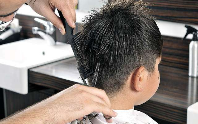自閉症の子どもをヘアカットする美容師 「素晴らしい!」と称賛される理由は  –  grape [グレイプ]