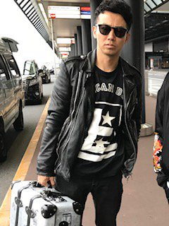 ピース綾部祐二ついに渡米、Tシャツには『AMERICAN DREAM』 又吉直樹見送る