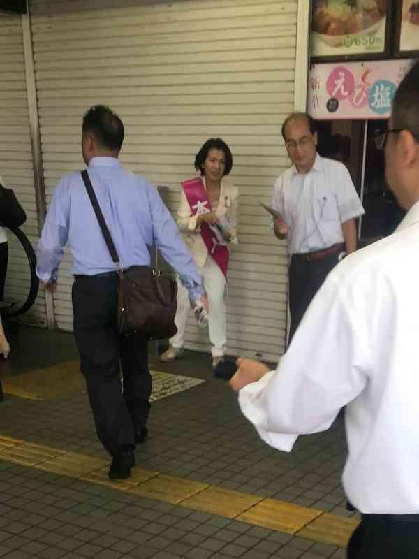 【天才】豊田真由子さん、街頭演説であえて隣にハゲを置くことで野次を防止するファインプレーwwwwwwwwwwwwwwwwwwww:(*゚∀゚)ゞカガクニュース隊