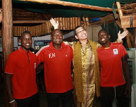 ピコ太郎がウガンダ観光大使に任命 サッカー代表選手に「PPAP」伝授