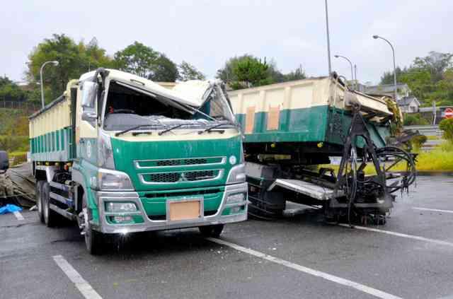 路肩に避難中の女性2人、後続トレーラーにはねられ死亡:朝日新聞デジタル