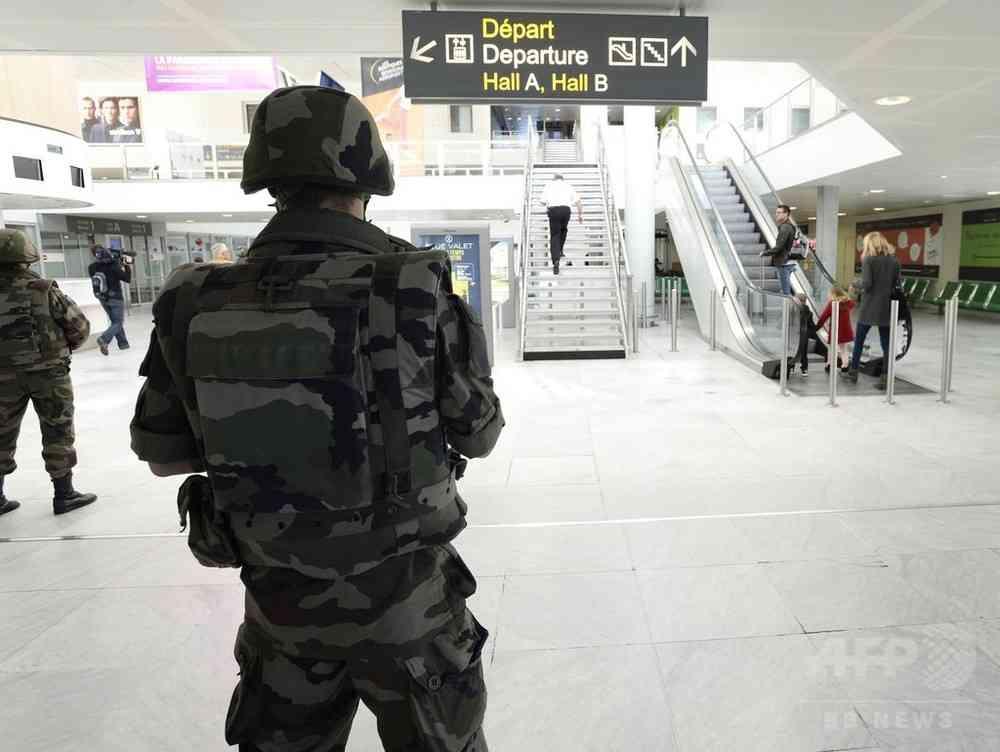 仏首相、パリ同時テロ容疑者の一部は「移民危機に便乗」して入国 写真1枚 国際ニュース:AFPBB News